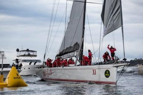 A equipe do Wild Oats cruza a linha de chegada e quebra o recorde