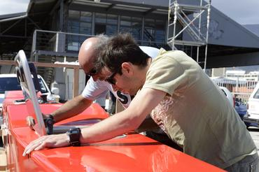 Betão e Igor cuidam do barco novo