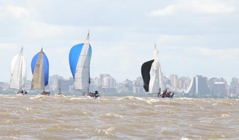 Dia lindo para velejar no Guaíba