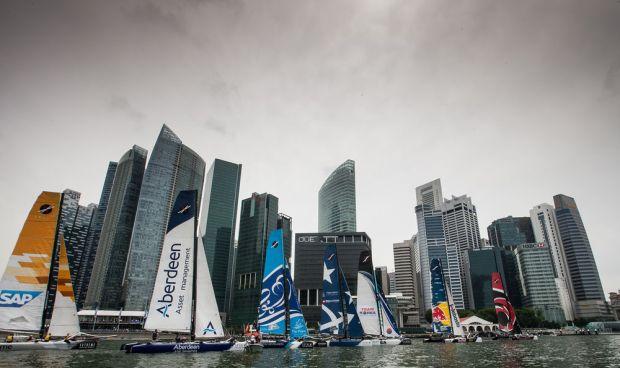 A flotilha veleja próxima aos prédios de Singapura
