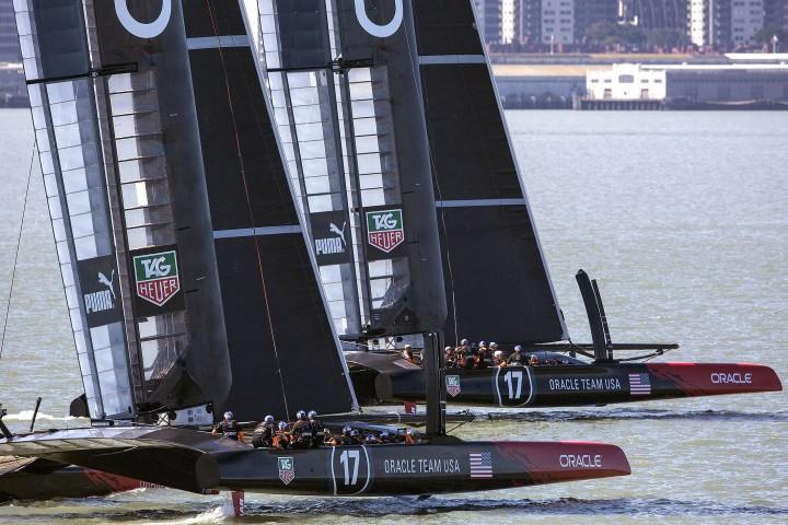 Os dois AC72 velejando em  São Francisco