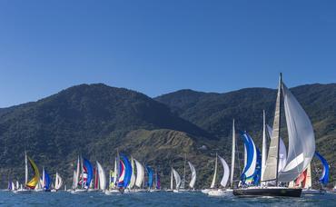 Fred Hoffmann registrou a flotilha boiando em Ilhabela