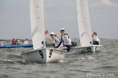 Jo Aleh e Polly Powrie (NZL) lideram, entre as meninas, o mundial de 470 na França.