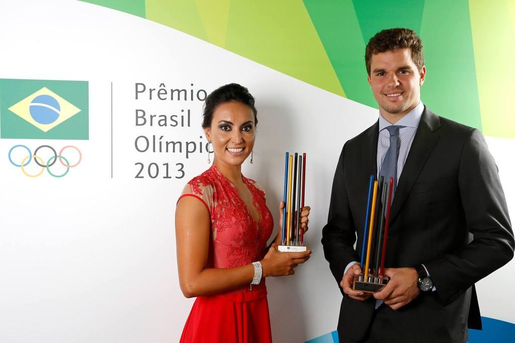 Poliana e Jorginho com o troféu de melhor do ano