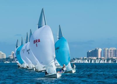 BRA 1 na frente na baía de Biscayne. Geison e Gustavo, com um 8º e um 17º, estão em 12º geral etapa dos EUA da Copa do Mundo de Vela.