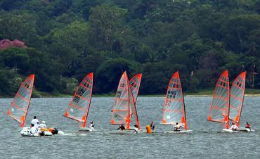 A flotilha de Byte treina na Guarapiranga