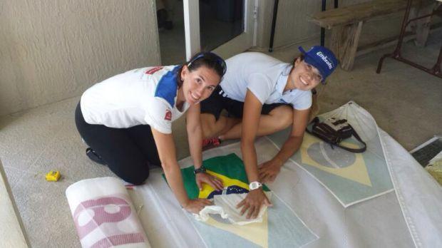 Renata e Bel colam a bandeira brasileira na vela