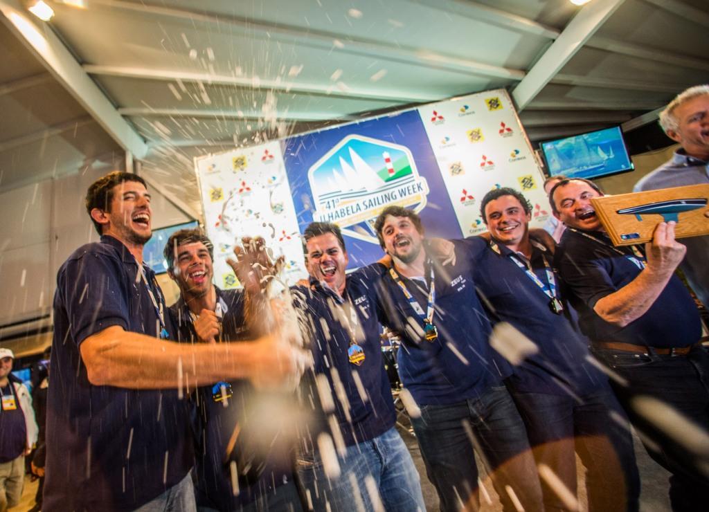 Equipe do Zeus comemora a vitória na classe C30