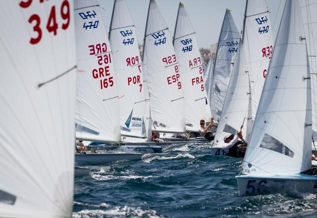 Na foto de Nico Alevromytis, a largada da flotilha masculina