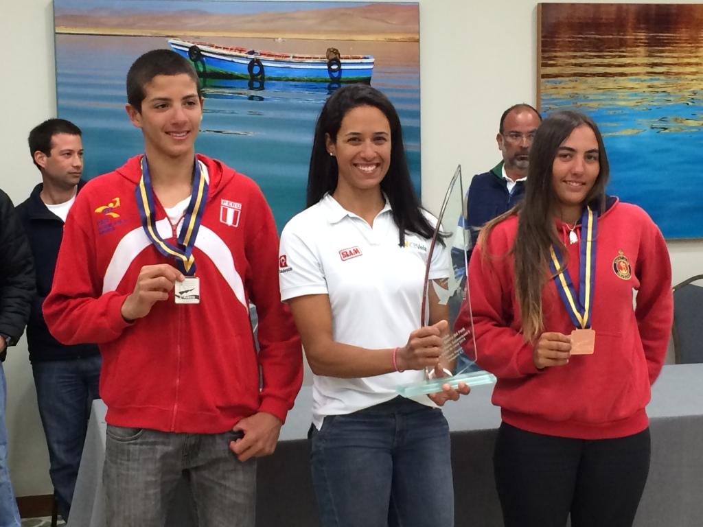 Odile, no centro, comemora o ouro no Sul-Americano de 4.7