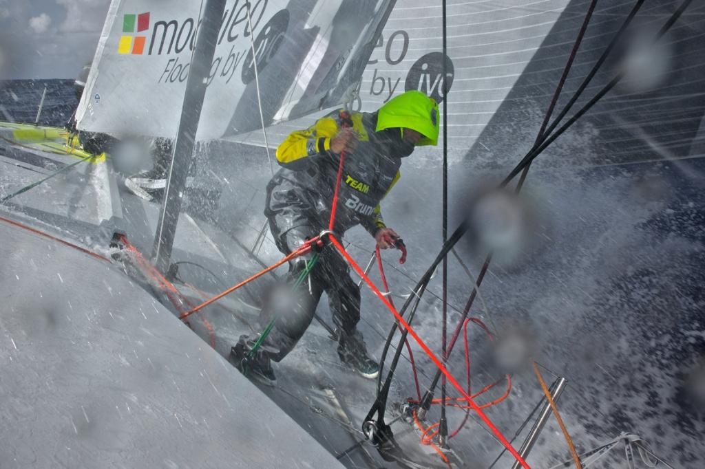 E não está fácil para ninguém. O proeiro do Team Brunel sofre com os fortes ventos conforme a flotilha vai para o sul