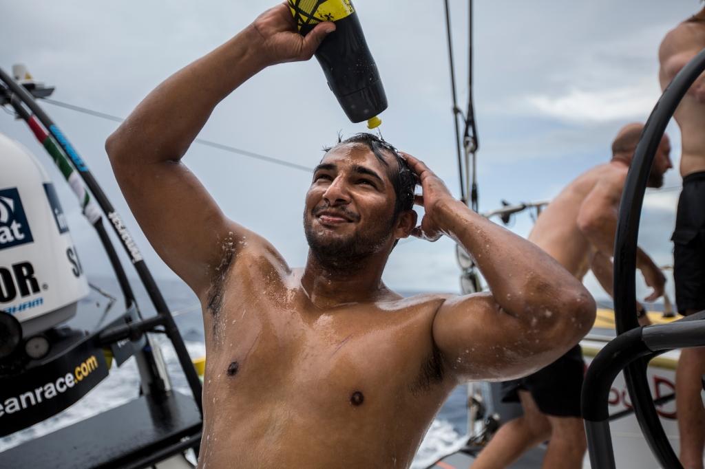 Adil Khalid , do Abu Dhabi Ocean Racing. aproveita para se ensaboar que a chuva deve chegar