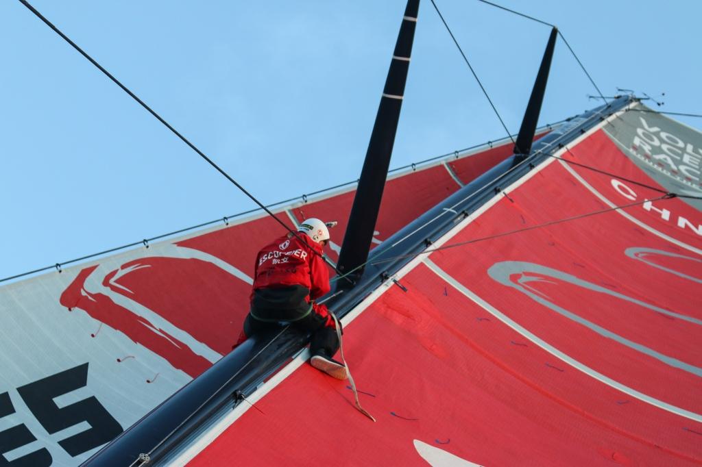Chineses tentam arrumar o mastro