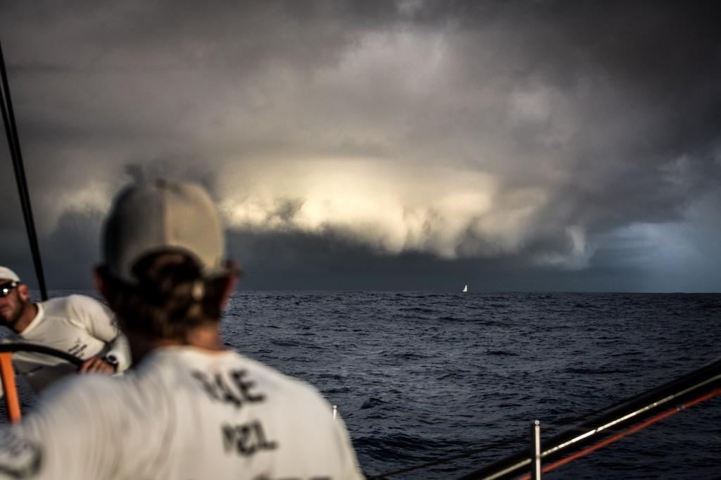 Tripulante do Vestas Wind observa tempestade chegando no horizonte
