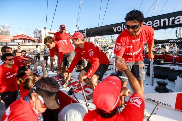 O brasileiro Bochecha, em primeiro plano, na chegada da segunda etapa da VOR. Foto de Francois Nel/Volvo Ocean Race