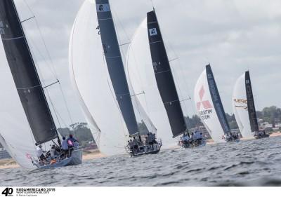 Mestre Capizzano, de olho no lance, flagrou a sempre bela flotilha de S40 hoje no Uruguai.