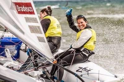 Fernanda e Ana arrebenatarm no Mediterrâneo. Primeiro ligar na etapa francesa da Copa do Mundo de Vela. Muito orgulho!